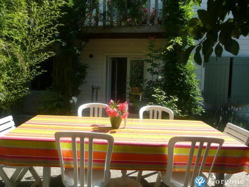 location la rochelle photos de jolie maison avec jardin proche vieux port et aquarium a la. Black Bedroom Furniture Sets. Home Design Ideas